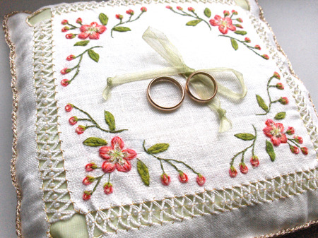 24_wedding_white_pillow